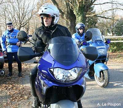 un faux motard de la gendarmerie d masqu moto magazine leader de l actualit de la moto et. Black Bedroom Furniture Sets. Home Design Ideas