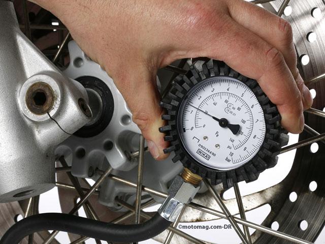 pneus moto bien choisir son contr leur de pression. Black Bedroom Furniture Sets. Home Design Ideas