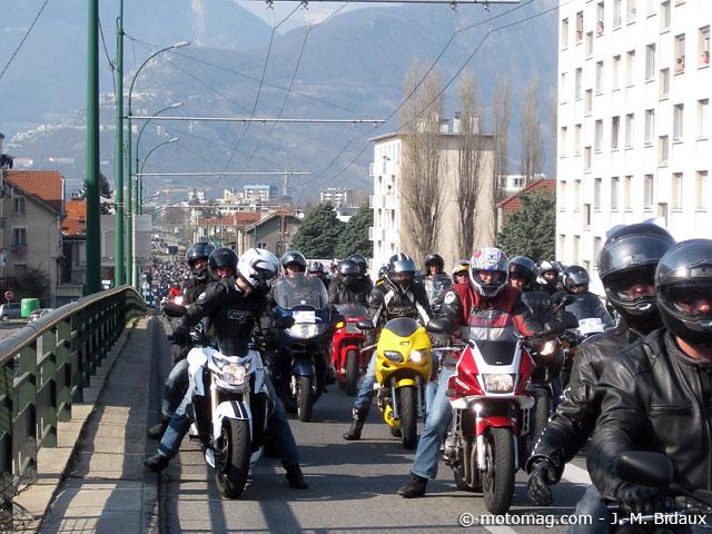manif moto 24 mars grenoble 1000 motards manifestent dans moto magazine leader de l. Black Bedroom Furniture Sets. Home Design Ideas