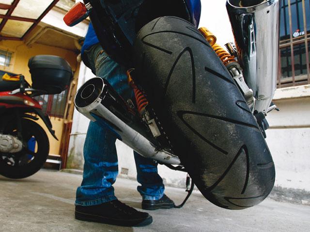 Man uvrer sa moto l 39 arr t moto magazine leader de l for Location garage moto