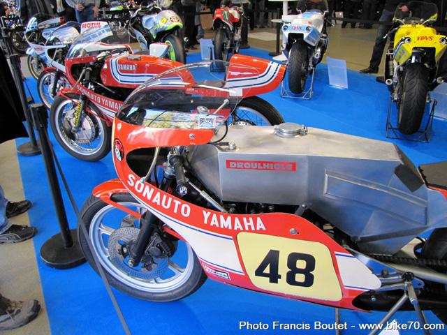 Salon moto l gende 50 ans de yamaha en comp tition for Machine a coudre yamaha