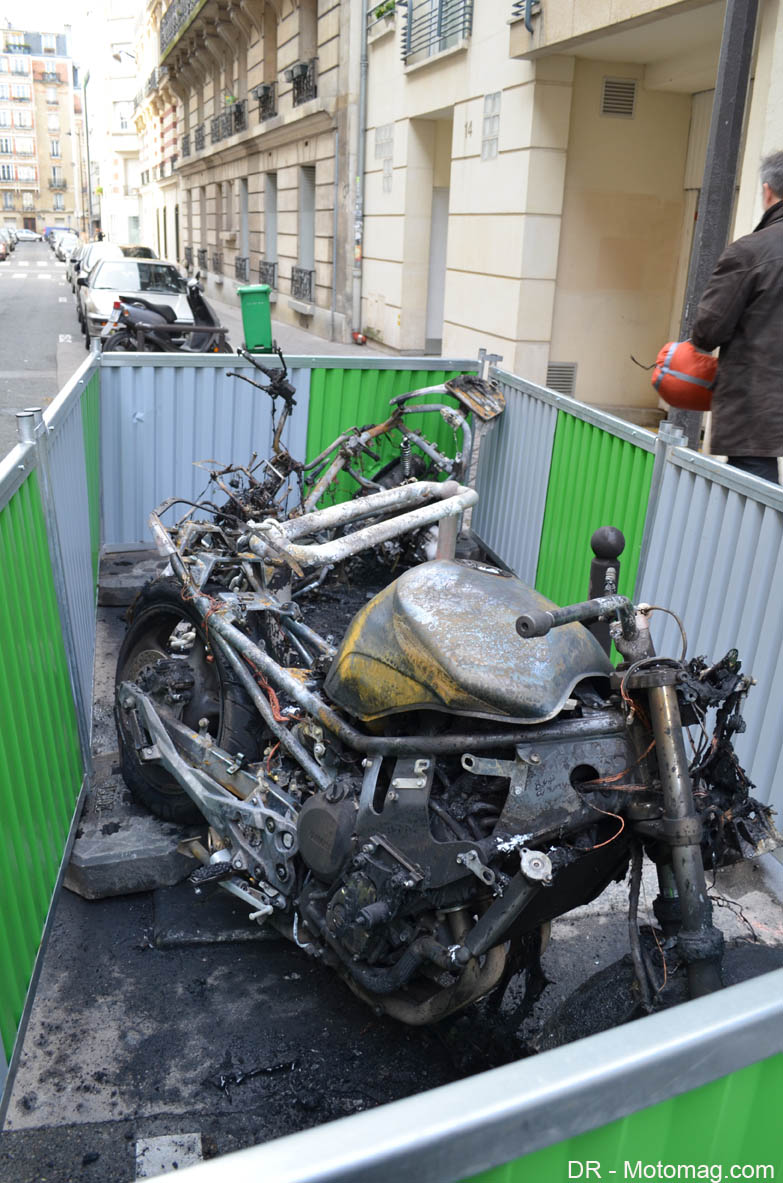 paris incendie volontaire de motos et scooters en moto magazine leader de l. Black Bedroom Furniture Sets. Home Design Ideas