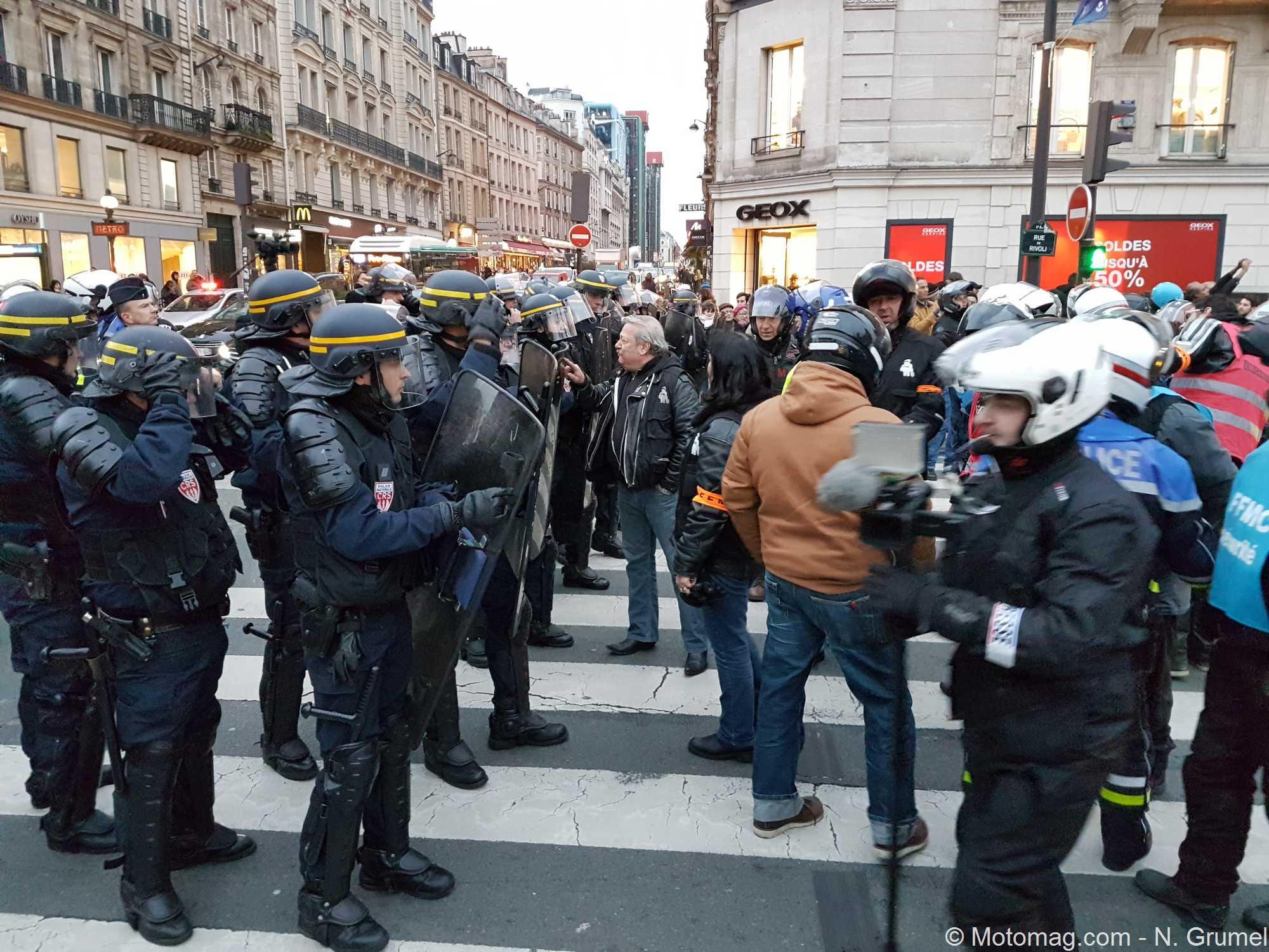 400 motards en colère manifestent contre la vignette à Paris