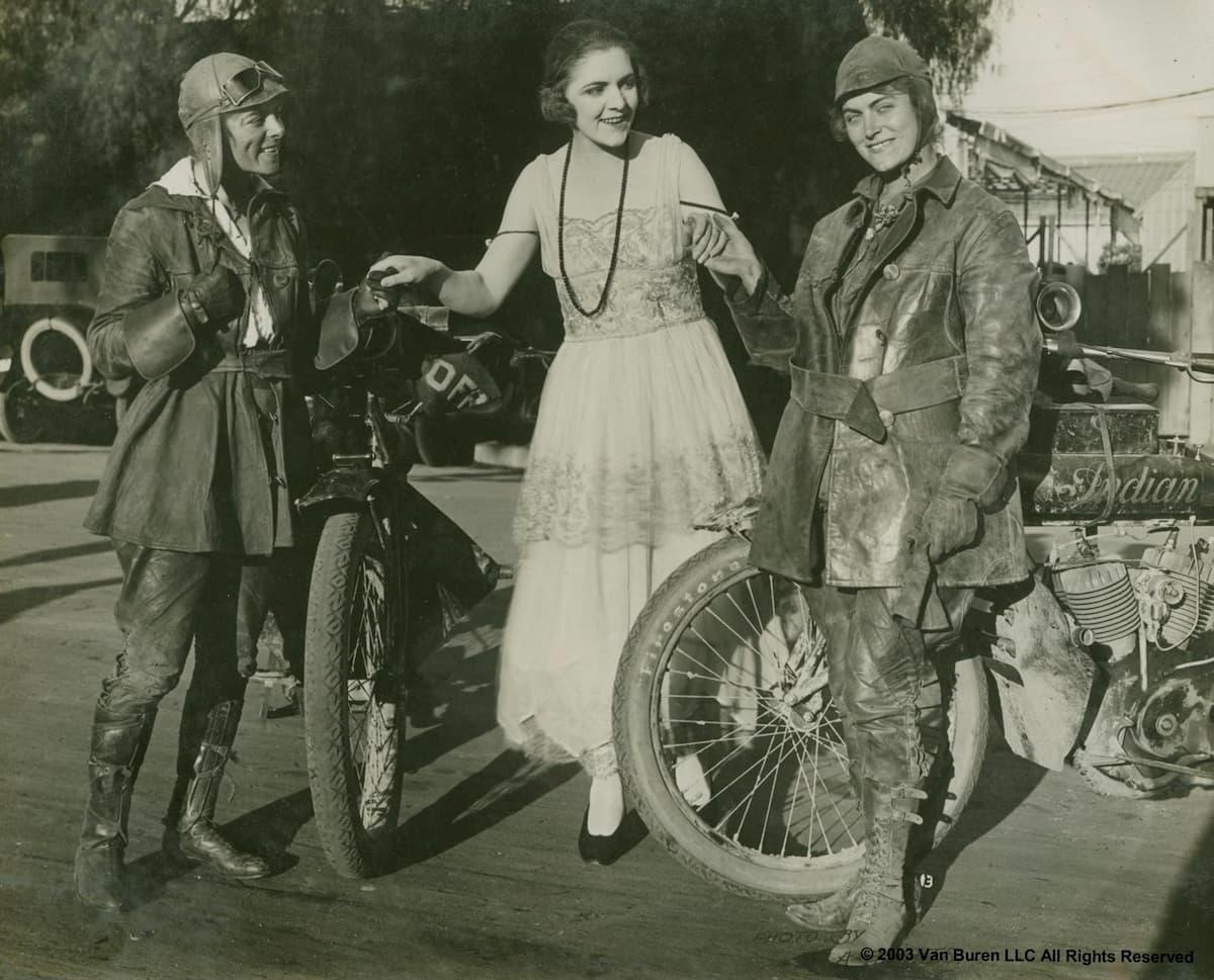 En 1916, la première traversée féminine à moto des USA Soeurs-van-buren-traversee-usa-1916_05-2