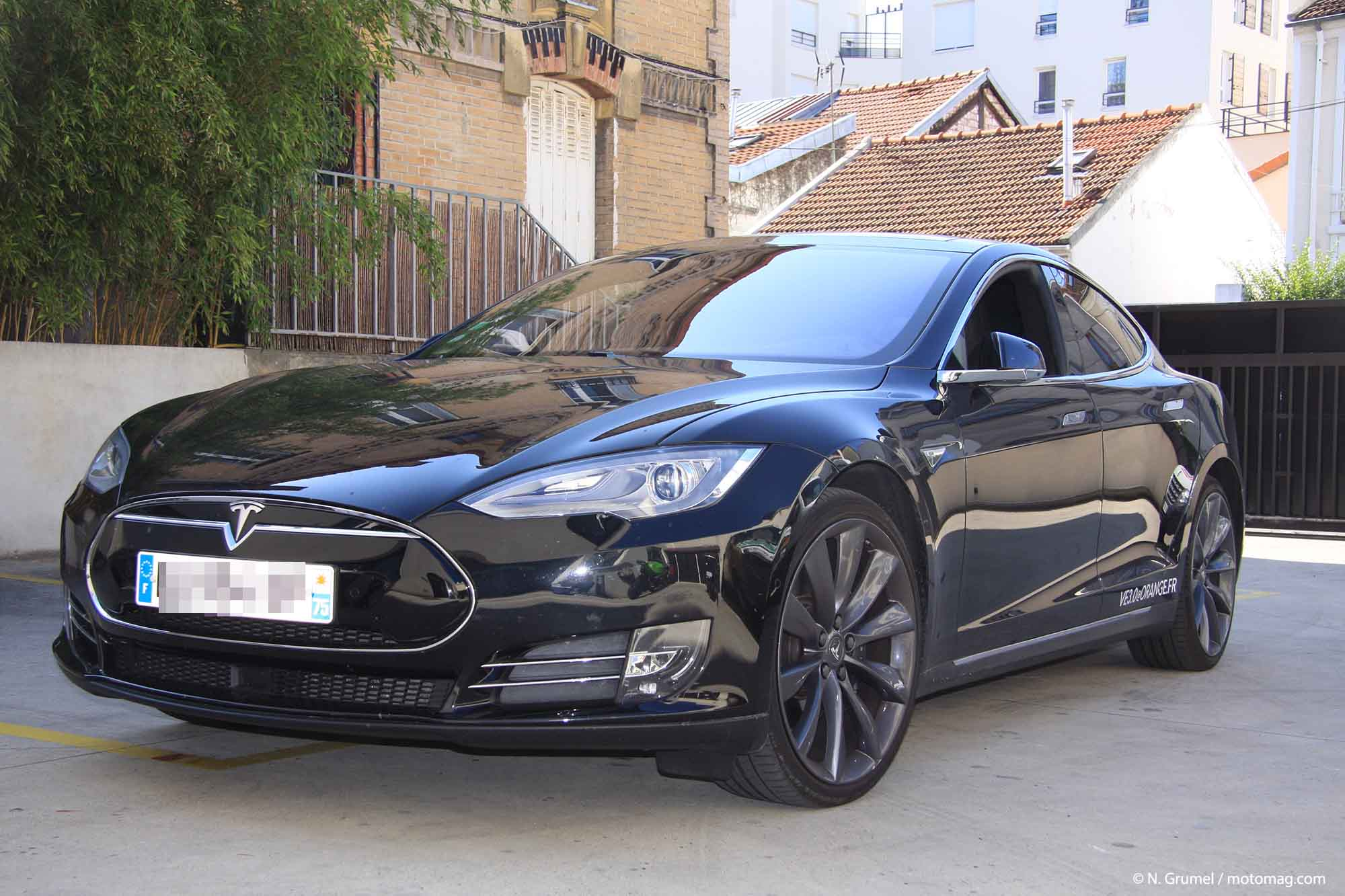 on a test la tesla autonome sur le p riph rique et moto magazine leader de l. Black Bedroom Furniture Sets. Home Design Ideas
