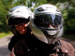 Un casque moto doit il serrer