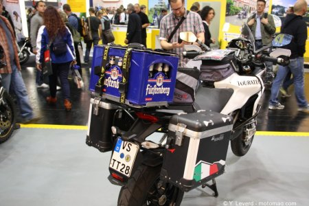 Attention, gros cliché sur le stand Touratech&nbsp;! Le porte-paquet peut supporter le point d&#8217;un pack de bière&nbsp;! <i>Danke schön</i> Touratech