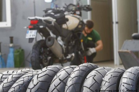 comparatif pneus pour trails routiers la crois e des moto magazine leader de l. Black Bedroom Furniture Sets. Home Design Ideas