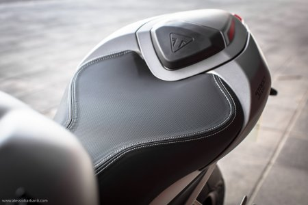Triumph Street Triple RS : selle passager et capot