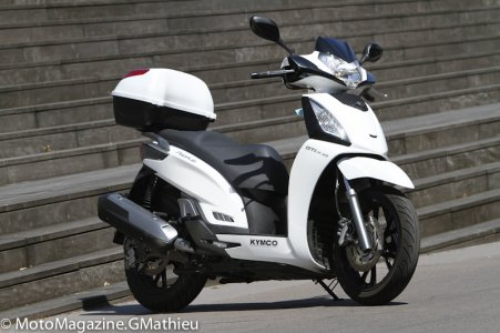 Kymco People 300 : pas de pare-brise mais un top case