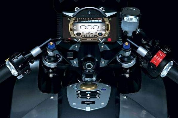 Ces concepts motos qui n'ont jamais vu le jour - partie 2 (2003 - 2007) Suzuki-stratosphere-guidon-tableau-de-bord-6d095-aeeeb