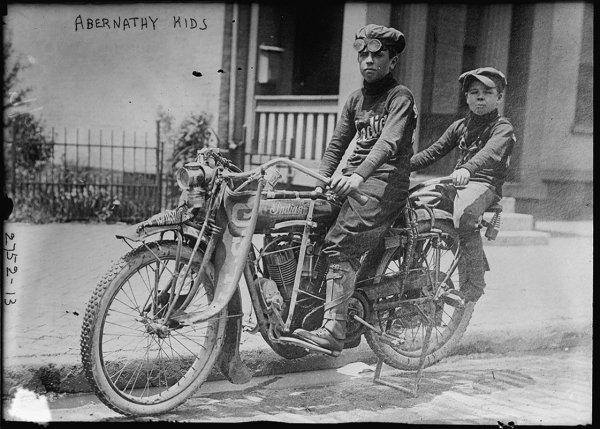En 1916, la première traversée féminine à moto des USA Abernathy-kids-1913-981ea
